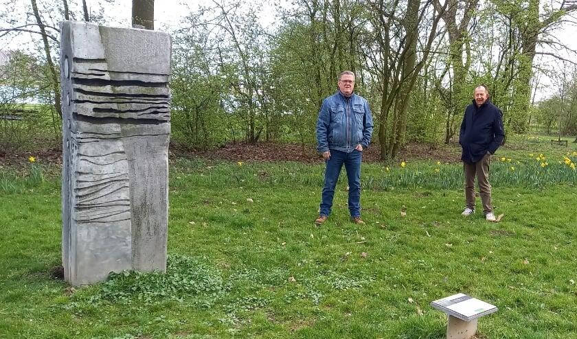 <p>Bas Mol en Jan van Gortel, vrijwilligers van het Wijkplatform Walburg, kunnen wel wat hulp gebruiken bij het mooier maken van het Noordpark.&nbsp;</p>