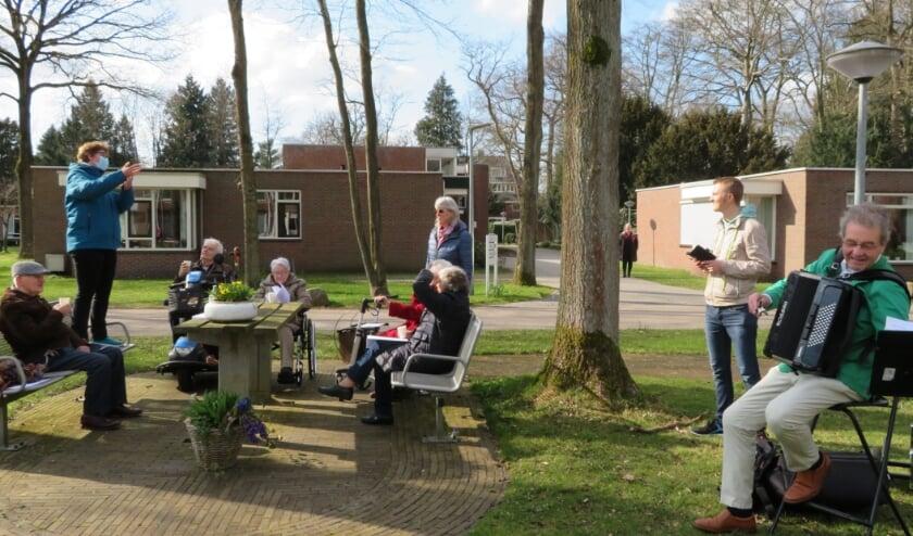 Deel van de mensen voor samenzang mensen met accordeonist Ebbe Rost van Tonningen