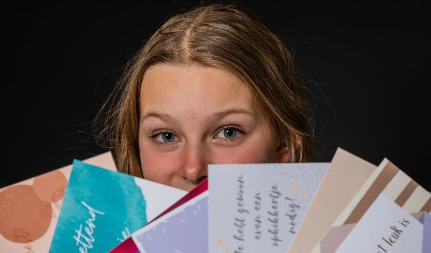 <p>De 12-jarige Jasmijn Jansen maakt 'paper hugs' voor patiënten in het UMCU.</p>