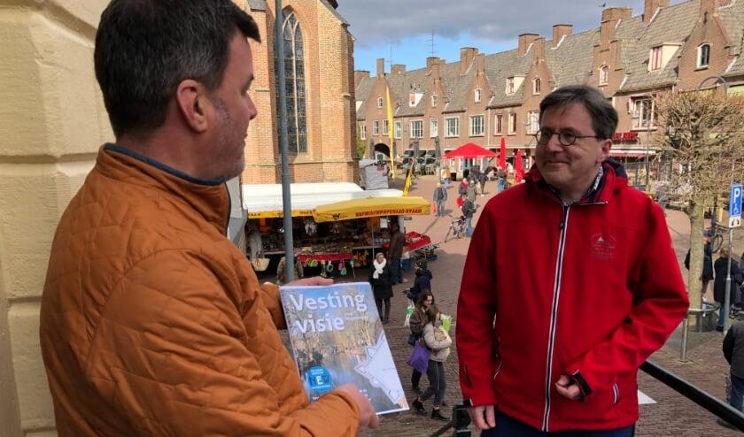 <p>Bart van Aller overhandigt de Vestingvisie aan Jan Dijkstra.</p>