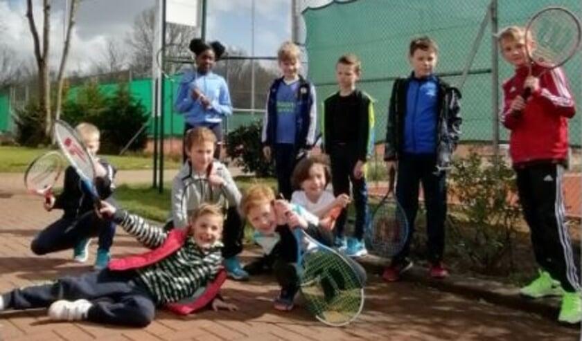 <p>De jeugd is blij weer buiten te kunnen tennissen.</p>