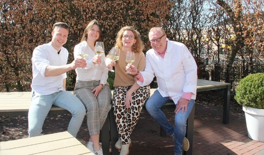 <p>V.l.n.r.: Niek Schultink, Anoeshka van der Niet, Karina van der Kolk en Hans den Engelsen proosten op het behoud van hun Michelin-ster.</p>