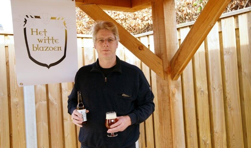 <p>Marco van Geelen trakteert zichzelf op een lekker speciaalbiertje.&nbsp;</p>
