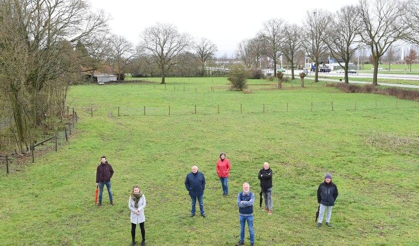 Een aantal leden van het actiecomité de Groene grens staat in 'de tuin van Etten'.