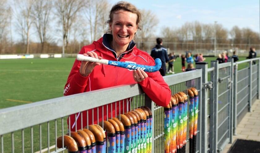 <p>MHC Bommelerwaard voorzitter Karin Priem-Mens maakt duidelijk welk formaat hockeystick ook werd gebruikt.&nbsp;</p>