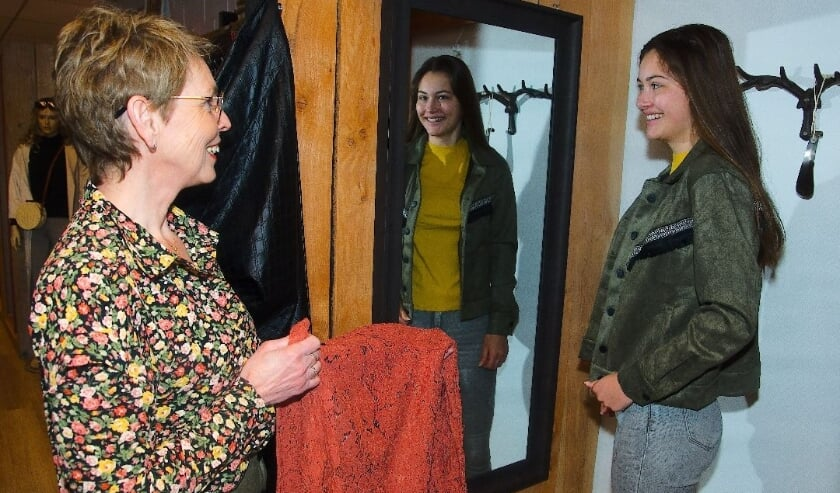 <p>Erika Thalen van Gewoon Leuk helpt Marit, die in het pashokje staat.</p>