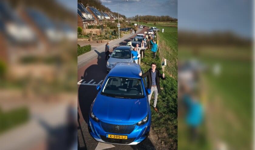 <p>Deelauto Pino en de vijf auto&rsquo;s die hij gaat vervangen op de Veerstraat en de Veerweg   Foto Guy Ackermans</p>