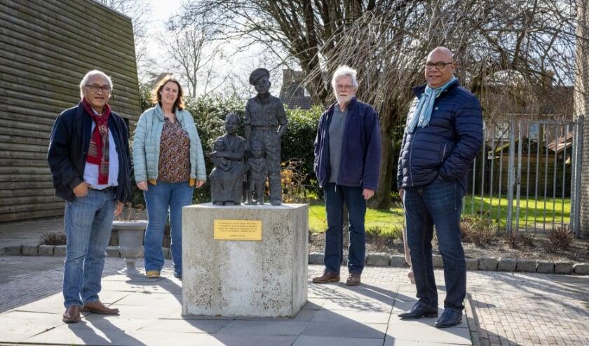 <p>Het bestuur 70 jaar Molukkers in Overijssel: Wim Latupereissa, Ditta op den Dries, Hans van Overbeeke en Paul Salakory.&nbsp;</p>