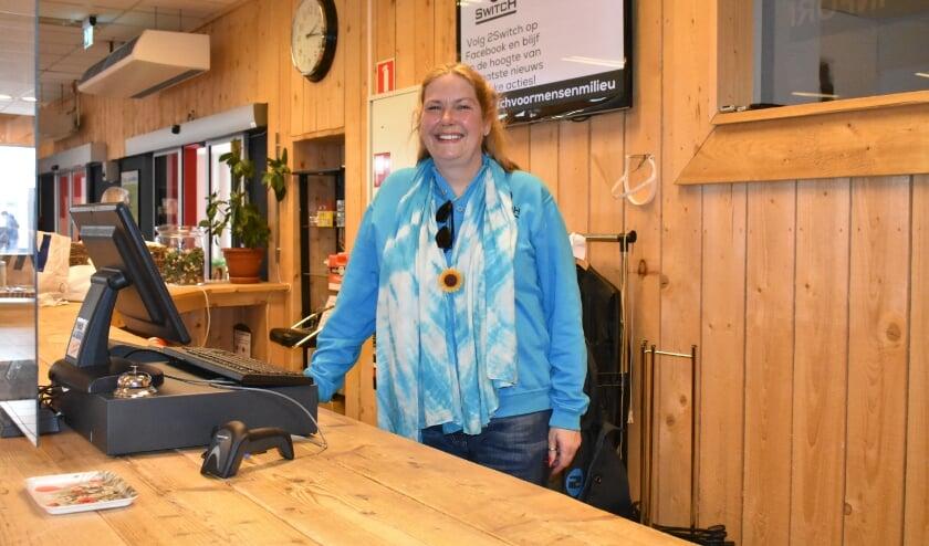 <p>Karin Rudzik staat het liefst achter de kassa bij kringloopwinkel 2Switch. Voor de foto heeft ze even het mondkapje afgezet.&nbsp;</p>
