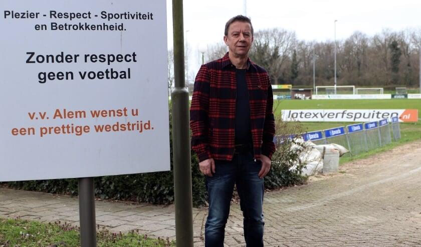 <p>Alem-voorzitter Tonny van Lent poseert, op weer een voetballoze zondag, bij de entree van zijn vv Alem.&nbsp;</p>