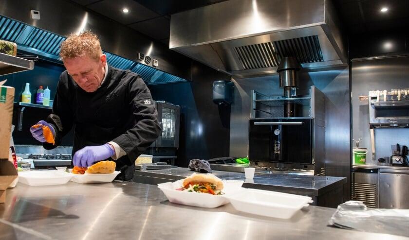 <p>Druk aan het werk: Ben Kamphuis van Het Wapen Grill And Chill in Epe.&nbsp;</p>