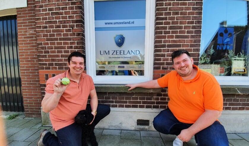 <p>V.l.n.r.: Tommy van Overmeeren (UM Zeeland), kantoorhond Charlie en Bart Vervaet van de gelijknamige Optiek uit Axel.</p>