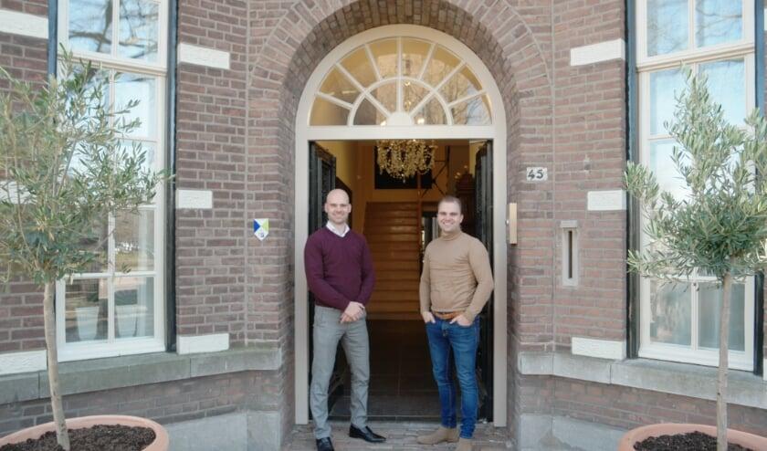 <p>De broers Johan en Jeroen Valkenburg bij de entree van Zorgvilla Valckenborgh aan de Jan Deckersstraat in het centrum van Heeze.</p>