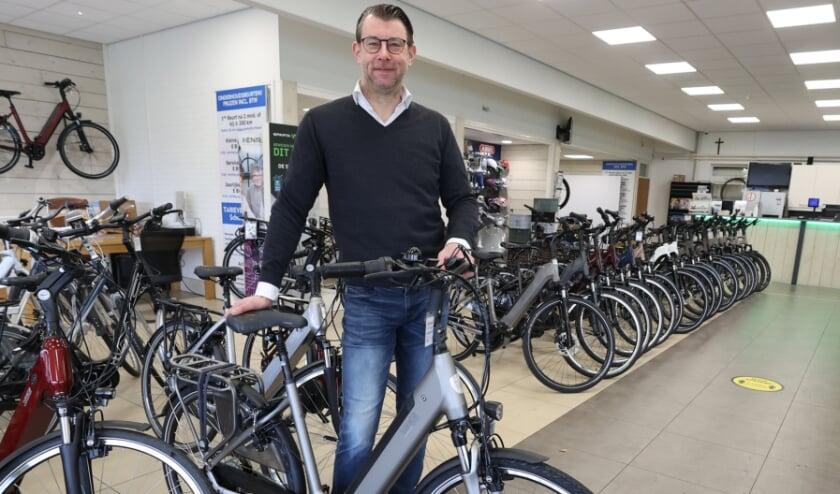 <p>75% van de fietsen die Maurice Verdaat tegenwoordig verkoopt, zijn elektrische fietsen. Deze vergroten het fietsplezier in de lente! FOTO: Bert Jansen.</p>