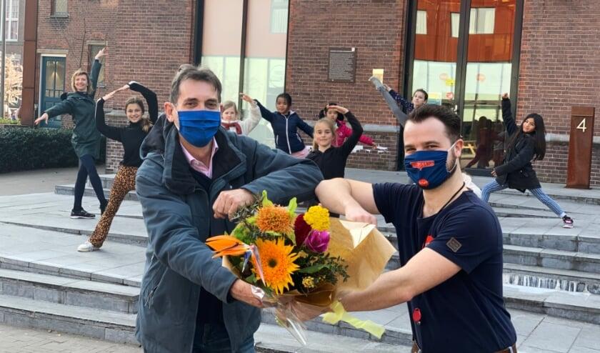 <p>Directeur De VAK, Huub &rsquo;t Hoen geeft als dank voor de gastvrijheid een bloemetje aan Dion Schilperoort, technisch beheerder DUWO Delft.</p>