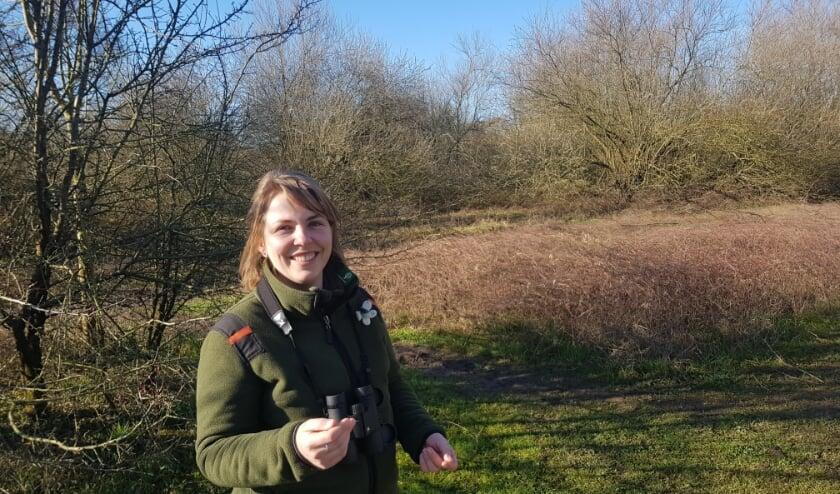 Boswachter Silvia Blom vertelt bevlogen over de natuur in 'haar' Bovenpolder. (foto: Kees Stap)