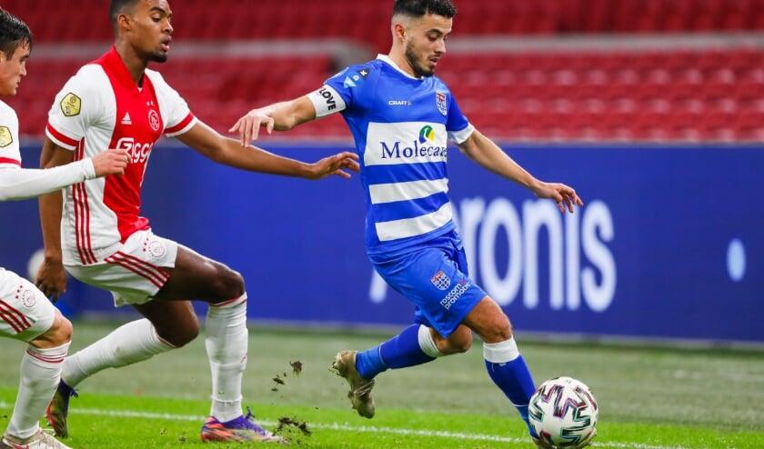 <p>Mustafa Saymak wordt op de huid gezeten door Ryan Gravenberch en Nicolas Tagliafico, tijdens de uitwedstrijd tegen Ajax eerder dit seizoen.</p>