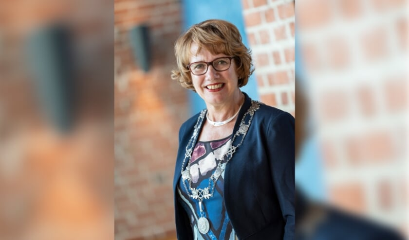 <p>Burgemeester Anneke Raven, zoals wij haar allemaal kennen: professioneel, maar altijd met een warme lach. (Foto: Emile Willems)</p>