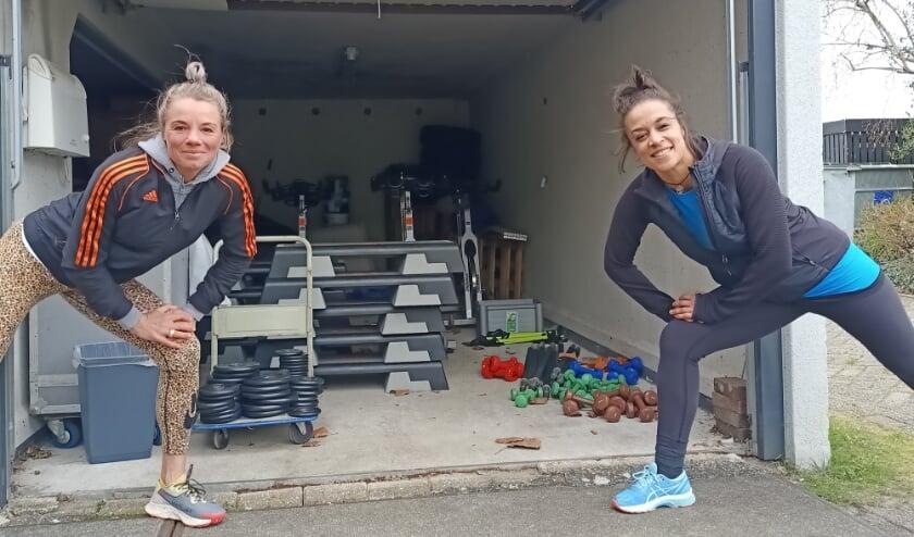 Simone Konings (l) en Roos Jones ( r) zijn klaar voor de start