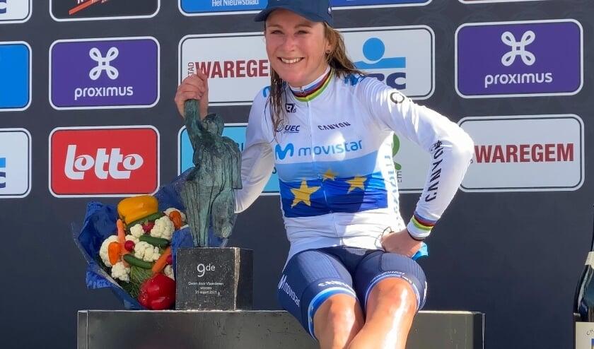 <p>Annemiek van Vleuten is de trotse winnares van &#39;Dwars door Vlaanderen&#39;.</p>