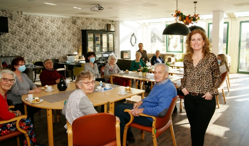 <p>Suzanne Kistemaker van Saamborgh bij de dagbesteding in het theehuis in Westerstaete in Westervoort.</p>
