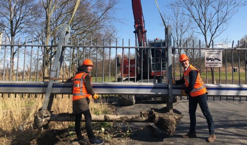 <p>Wethouder van de Laar en gedeputeerde Anne Koning verwijderen het hek om plaats te maken voor de nieuwe entree.&nbsp;</p>