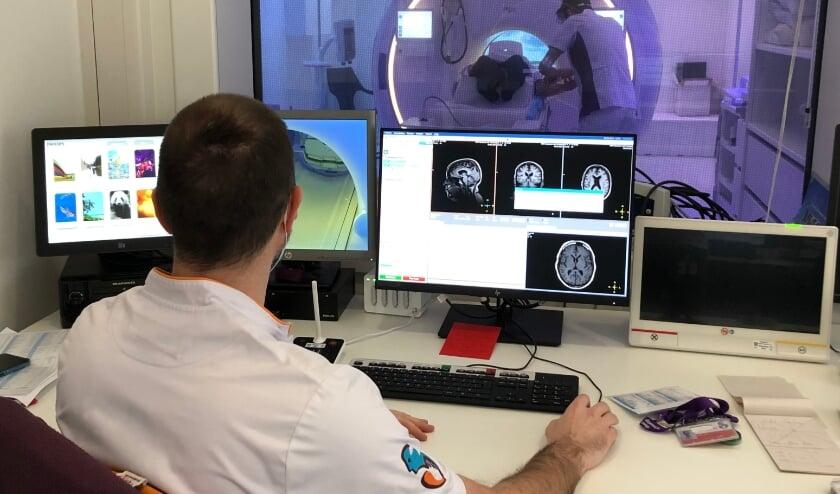 <p>De bedieningsruimte van de nieuwe MRI-scanner, die door het raam op de achtergrond te zien is.</p>