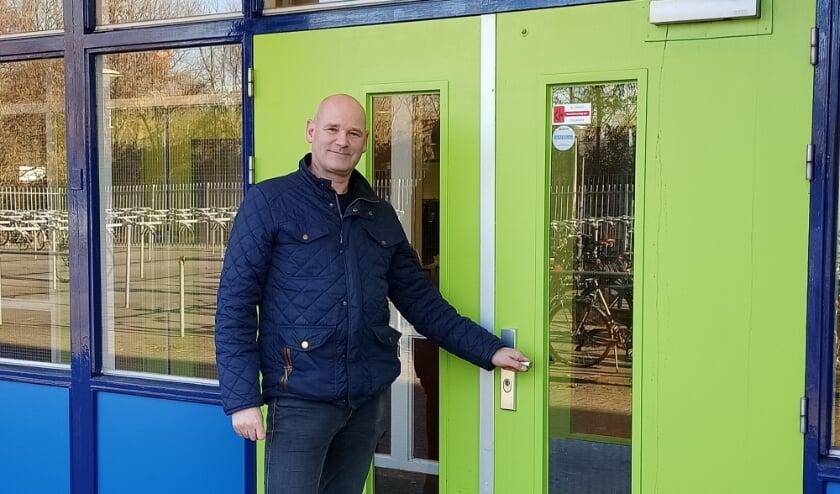 <p>Mario Hummeling voor de ingang van zijn school (foto: Gitta Fleuren)</p>