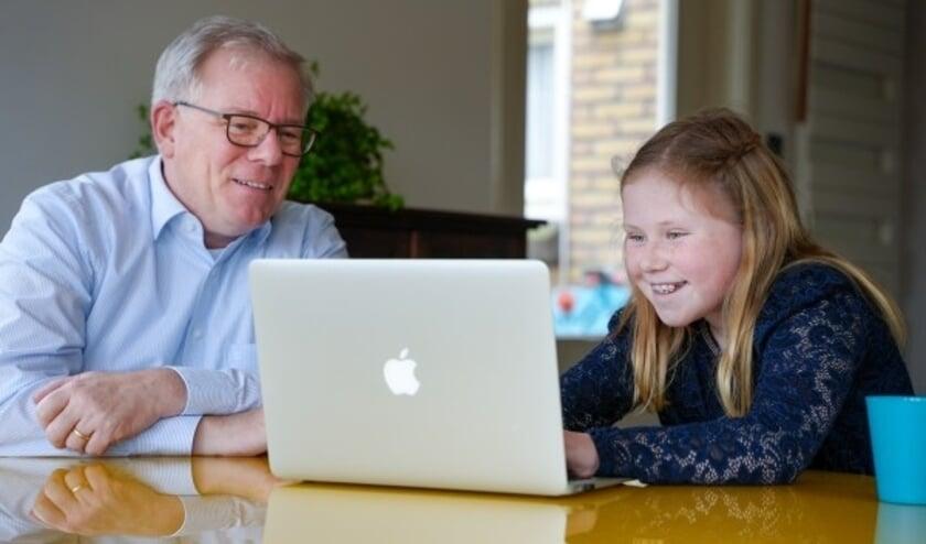 <p>Tjitske (10) en Bart (60) uit Berlicum oefenen samen voor het VVN theoretisch Verkeersexamen.</p>