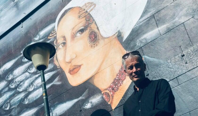 <p>Ron Boers waardeert de muurschildering in de Bleekstraat zeer.&nbsp;</p>