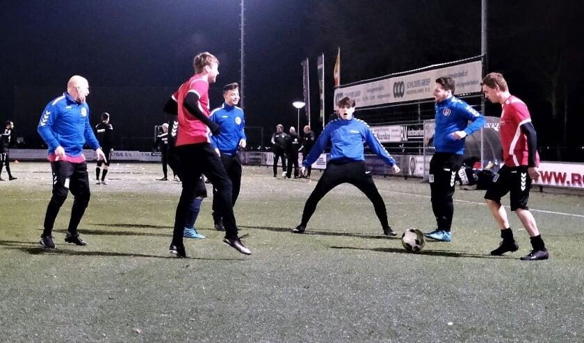 <p>Als &#39;jonge honden&#39; stonden ze er weer. De voetballers van VVA Achterberg voor hun eerste training. (Foto: Jan van den Brink)&nbsp;</p>