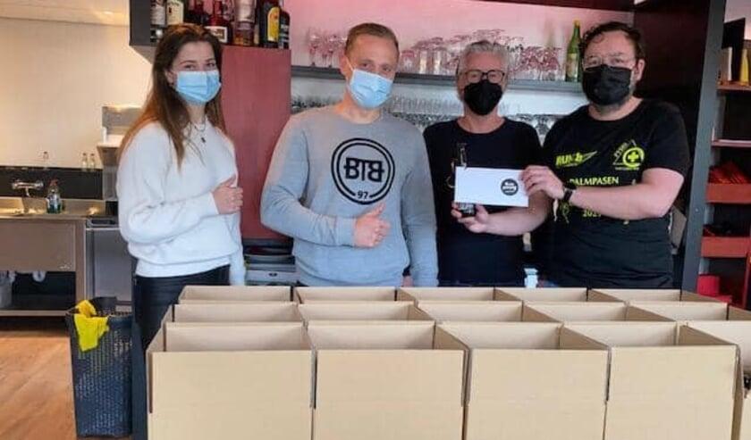 <p>Om de ondernemers te steunen, heeft Fysio van Leeuwen cadeaubonnen gekocht, die verloot worden onder de deelnemers. Eigen foto</p>