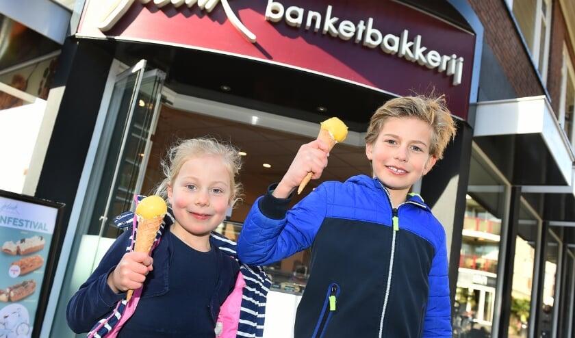 <p>Juli&euml;t en Rutger hebben net hun favoriete ijsje met mangosmaak gekocht bij banketbakkerij Jolink in Doetinchem.</p>