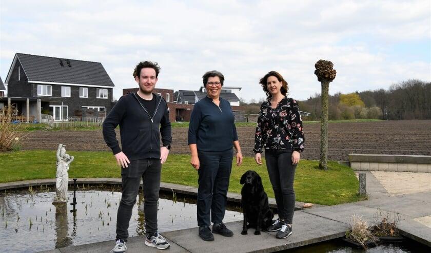 <p>Het team achter &#39;Dissolving Trauma&#39;: cineast Jannes van Gestel, EFT-coach Sandra Bijl en Esther van Elewout voor praktische ondersteuning.</p>