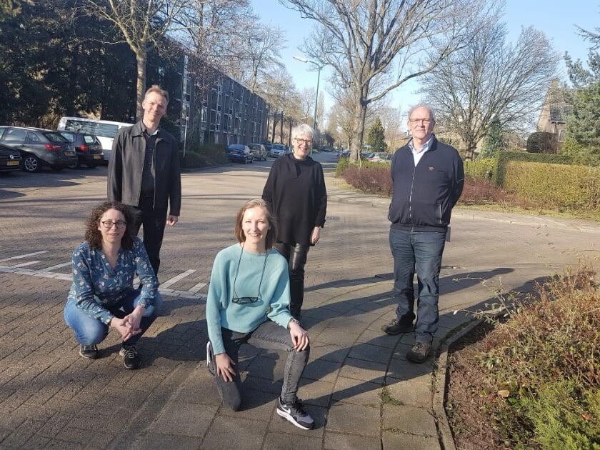 Zittend van links naar rechts: Marije van Hees, Mara Koorn  Staand van links naar rechts: Rolf Nijsse, Willemien Veldman-Marsman, Roel de Weger