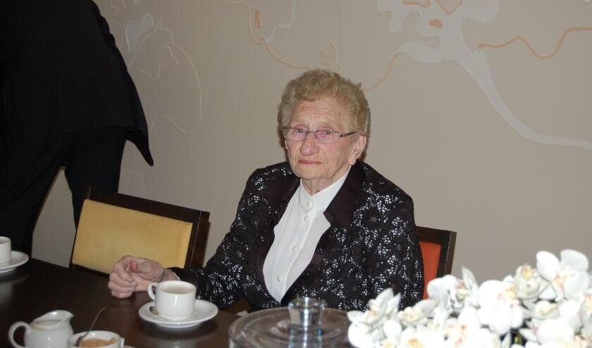 <p>Annie Jansen-Rutjes werd zondag honderd jaar. Helaas geen groot feest, maar toch is ze in het zonnetje gezet.&nbsp;</p>