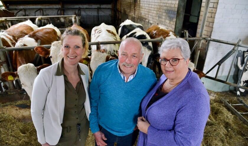 <p>Judith (links) met vader en moeder Hans en Gerda Vendrig. Zij wordt de nieuwe bedrijfsleider bij Boer Hans. &nbsp; Foto: Paul van den Dungen</p>