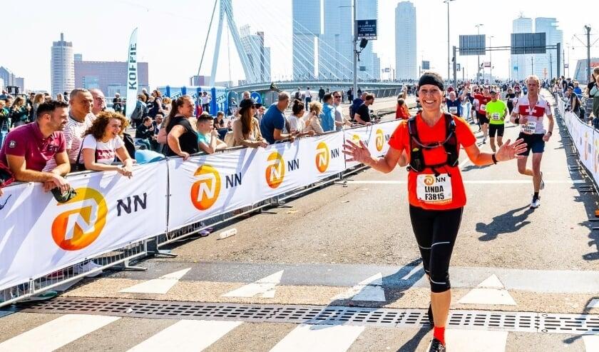 <p>Het marathongevoel als je van de Erasmusbrug af komt is uniek. (Archieffoto: Luka de Kruijf/NN Marathon Rotterdam)</p>