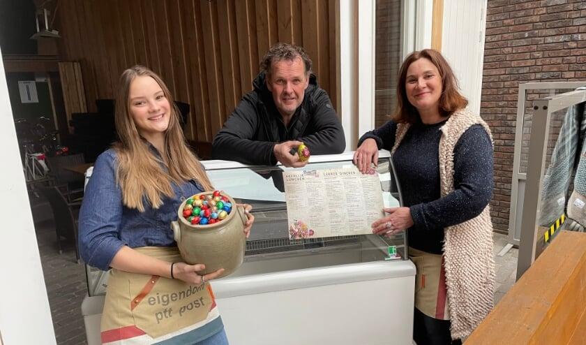 <p>Henri Pijnenburg en Karin Hogendoorn en dochter Lydia houden paasacties met Het Postkantoor.&nbsp;</p>