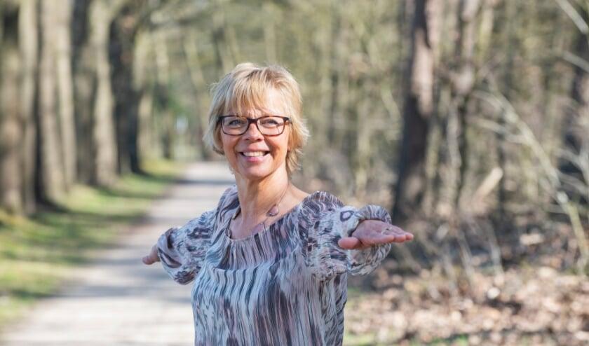 <p>De &lsquo;Wandeling van de week&rsquo; is deze week gelopen met Ellen Koot. Ze is onder andere wandelyogadocent in Heerde en demonstreert hier De Krijger II-houding.&nbsp;</p>