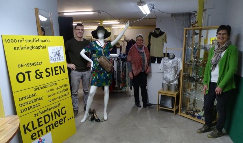 <p>De ingang naar de nieuwe winkel is zeer ruim. De zomerkleding hangt klaar. V.l.n.r. Marco Blankenburgh (bestuur), Tony van der Eijk en Helma Hoogendoorn (vrijwilligers).</p>