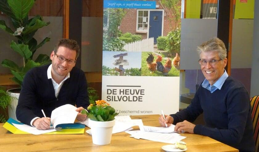 <p>Koen Pillen, manager Wonen van Wonion (links) en Bas Steenbergen, directeur van Woonzorgnet, zetten hun handtekening.</p>