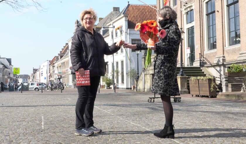 <p>Bezoekers aan de binnenstad van Zaltbommel worden deze week bedankt voor hun komst met een bloemetje.</p>