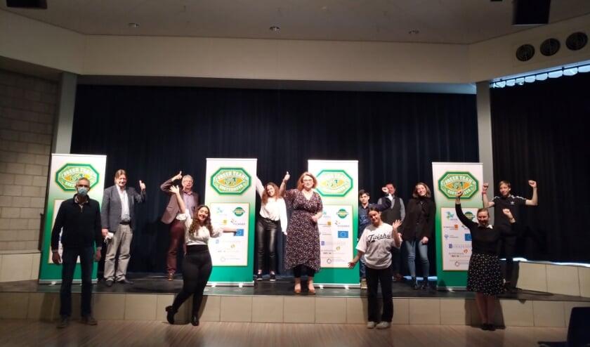 <p>Wethouder Groeneveld bij de onthulling van het logo van Green Team Zoetermeer steekt haar duim op voor de jongeren.</p>