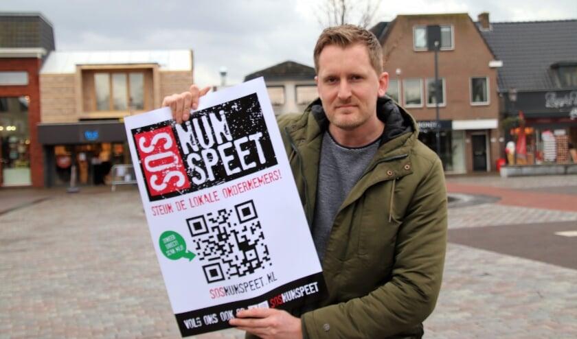 <p>Anne de Glint, een van organisatoren van SOS Nunspeet met de poster op de Markt. Donaties nog steeds welkom.</p>