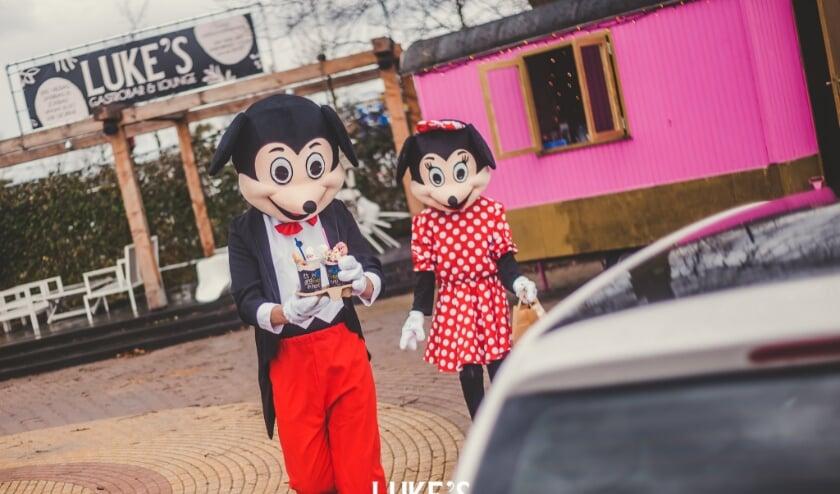 <p>Mickey en Mini zijn druk met het brengen van de kindermenu&#39;s.</p>