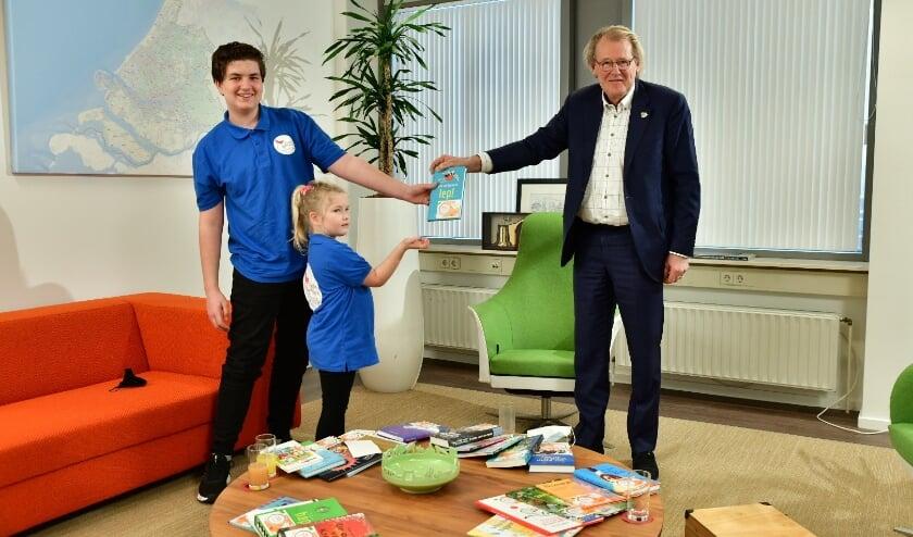 <p>Commissaris van de Koning Jaap Smit kreeg vandaag in het kader van de Kinderzwerfboek Provincie Estafette bezoek van Annechien en Robbert, KindAmbassadeurs van Kinderzwerfboek. </p>