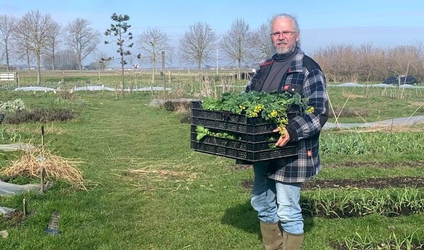 <p>Peter Leguit met de oogst van de dag</p>