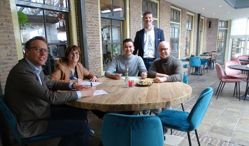 <p>De overeenkomst getekend: vlnr. Erik Schoonderwoerd, Joyce Jacobs, Jamie de Jong, Jeroen Kenbeek en Don Janmaat.</p>