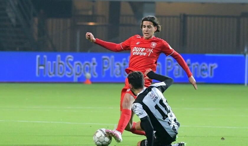 <p>Ramiz Zerrouki van FC Twente in duel met Ismail Azzaoui van Heracles Almelo.&nbsp;</p>